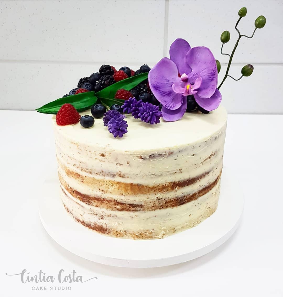 Bolo semi naked cake de casamento com frutas vermelhas e flores de açúcar. FEito por Cake Studio ( www.cakestudio.com.br | contato@cakestudio.com.br )