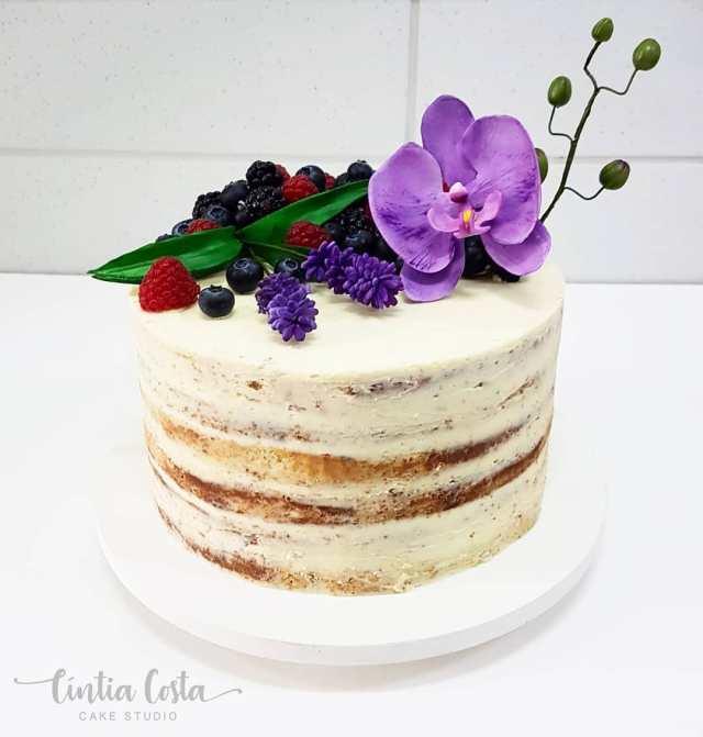 Bolo semi naked cake de casamento com frutas vermelhas e flores de açúcar. FEito por Cake Studio ( www.cakestudio.com.br   contato@cakestudio.com.br )