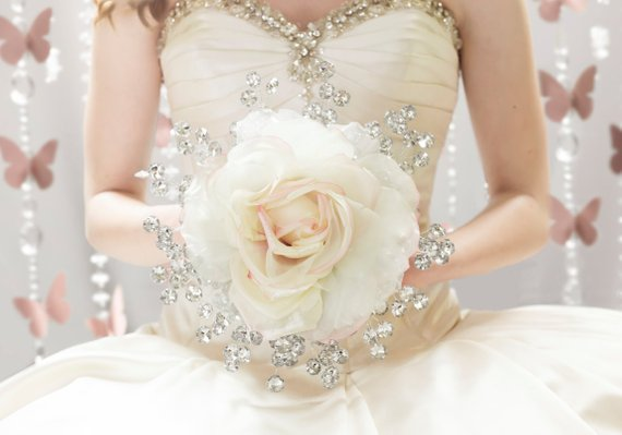 Buquê de noiva com maxi rosa de tecido. Mais idéias de casamento em www.planejandomeucasamento.com.br