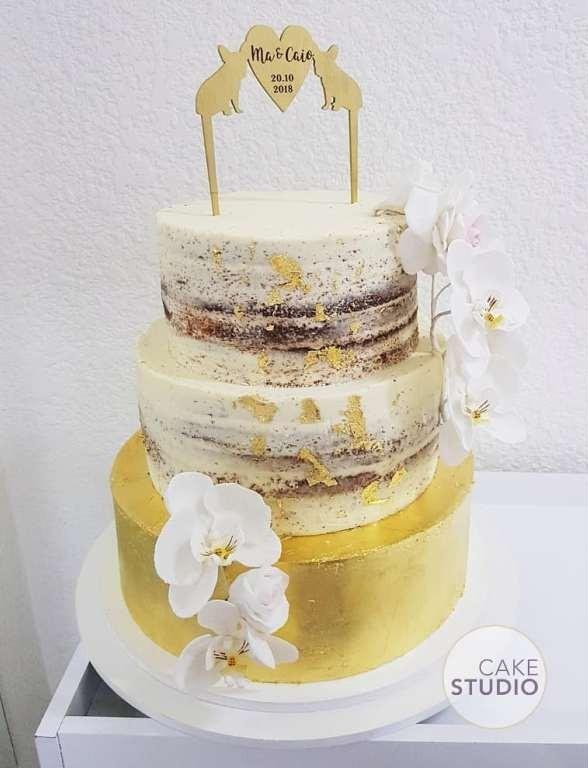 Bolo de casamento: semi-naked cake com folhas de ouro, orquídeas de açúcar e topo de bolo de cachorro. Feito por Cake Studio ( contato@cakestudio.com.br | Whatsapp: (11) 96882-2623 )