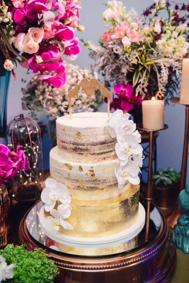 Bolo de casamento: semi-naked cake com folhas de ouro, orquídeas de açúcar e topo de bolo de cachorro. Feito por Cake Studio ( contato@cakestudio.com.br | Whatsapp: (11) 96882-2623 ). Foto: Canvas Ateliê.