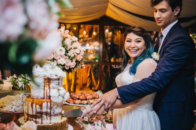 Casamento Dani e Raul: bolo de casamento naked cake feito por Cake Studio ( www.cakestudio.com.br ). Foto: Canvas Ateliê.