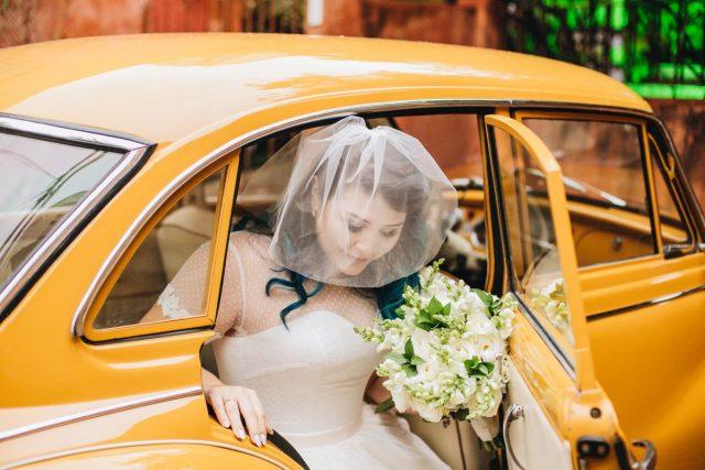 Casamento Dani e Raul: chegada da noiva com carro antigo. Foto: Canvas Ateliê.