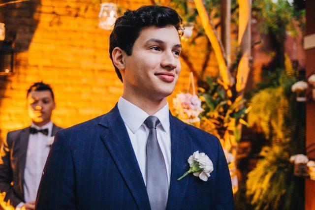 Casamento Dani e Raul: noivo no altar. Foto: Canvas Ateliê.