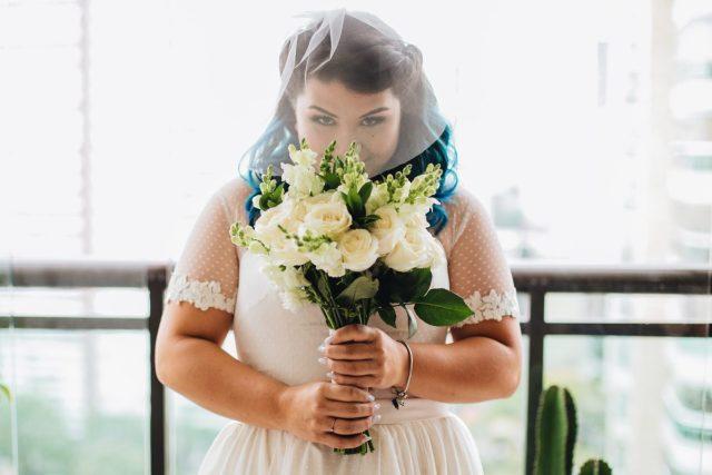 Casamento Dani e Raul: noiva vintafe com buquê. Foto: Canvas Ateliê.