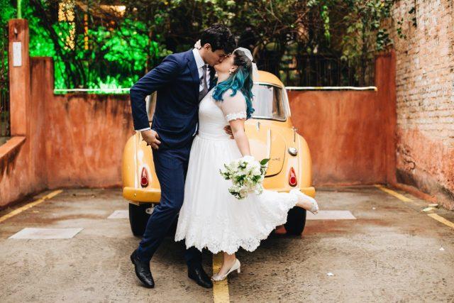 Casamento Dani e Raul: noivos em frente a carro retrô no espaço Flores na Varanda em São Paulo. Foto: Canvas Ateliê.