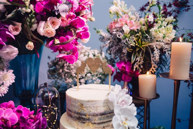 Topo de bolo de cachorros pug sobre bolo de casamento: semi-naked cake com folhas de ouro, orquídeas de açúcar e topo de bolo de cachorro. Feito por Cake Studio ( contato@cakestudio.com.br | Whatsapp: (11) 96882-2623 ). Foto: Canvas Ateliê.