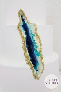 Bolo de casamento Geode Cake com rachadura e cristais. Feito por Cake Studio