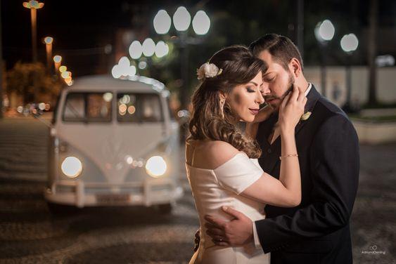 Noiva chega ao casamento de kombi. Foto: Adriano Oening. Mais inspirações em www.planejandomeucasamento.com.br