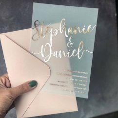 Convites de casamento transparentes de acrílico ou papel. Foto: @polkadotpaper. Mais inspirações em www.planejandomeucasamento.com.br