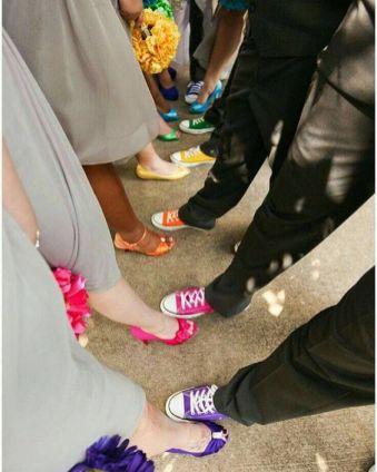 Madrinhas de casamento com sapatos coloridos cada um de uma cor. Foto: @armazeminspira. Mais inspirações em www.planejandomeucasamento.com.br