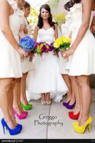 Madrinhas de casamento com sapatos coloridos cada um de uma cor. Foto: Greggo Photography. Mais inspirações em www.planejandomeucasamento.com.br