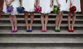 Madrinhas de casamento com sapatos coloridos cada um de uma cor. Foto: The Perfect Bridal Company. Mais inspirações em www.planejandomeucasamento.com.br