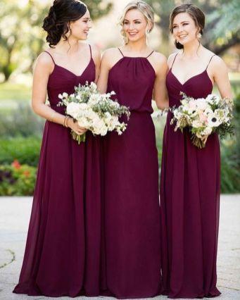 Vestidos de madrinhas de casamento em tons marsala e bordô. Foto: @amosermenina. Mais dicas em www.planejandomeucasamento.com.br