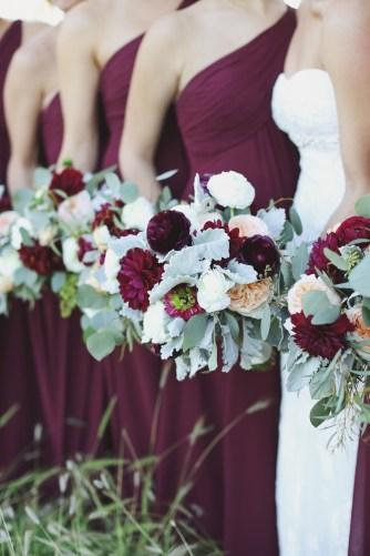 Vestidos de madrinhas de casamento em tons marsala e bordô. Foto: Mariage. Mais dicas em www.planejandomeucasamento.com.br