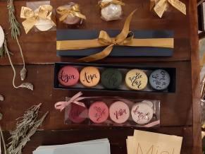 convite-padrinhos-macarons-pintados-a-mao-evento-casar-blog-planejandomeucasamento