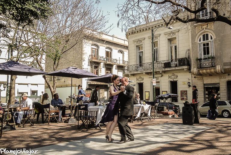 Dançarinos de Tango em praça no Bairro de San Telmo