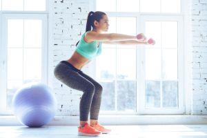 Ejercicio de fuerza en gimnasio para corredores. Sentadillas
