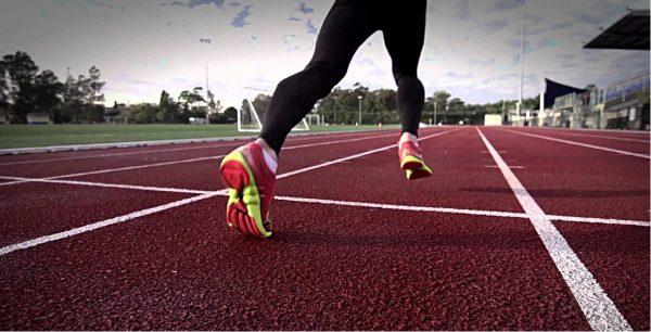 Zapatillas de clavos y entrenamiento en pista