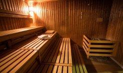 Relaxation et bien-être grâce au sauna.