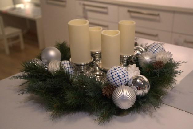 Préparer une couronne de Noël avec les enfants.