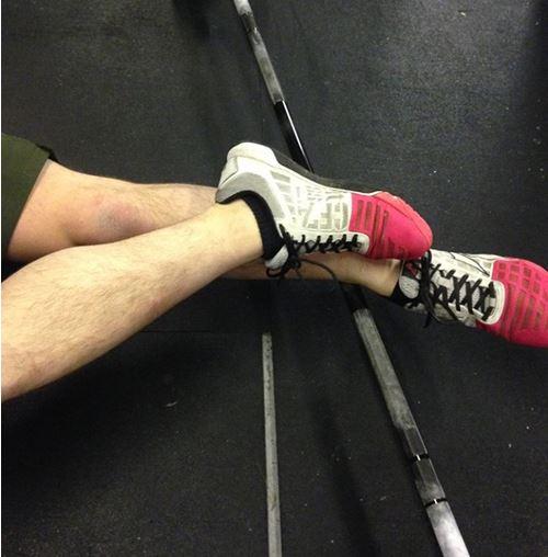 Estiramento do tornozelo numa barra