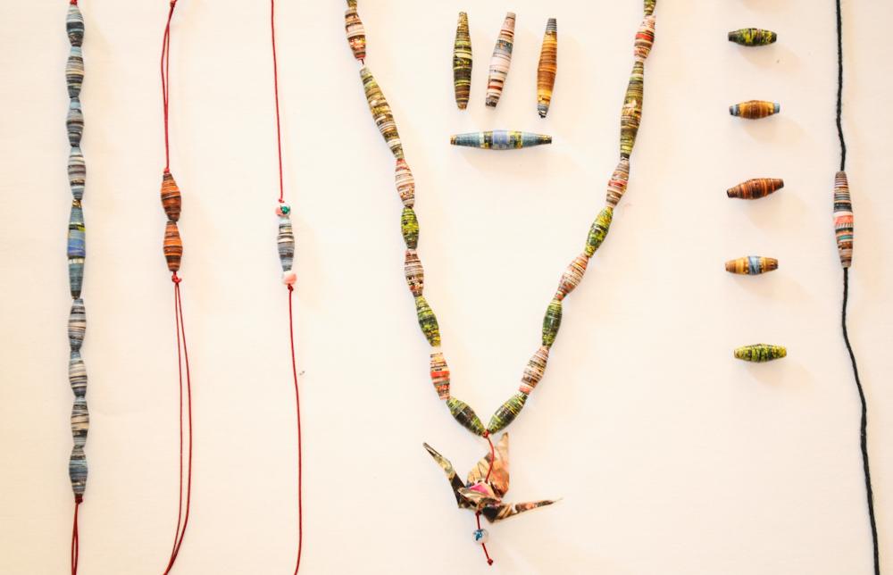 You are currently viewing Upcycling : Tuto pour fabriquer des bijoux en magazine recyclé