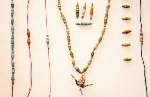 Read more about the article Upcycling : Tuto pour fabriquer des bijoux en magazine recyclé