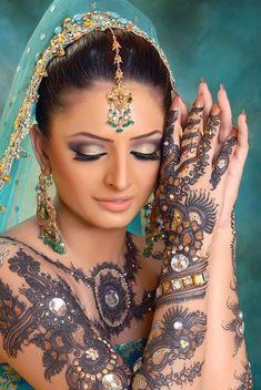 Cigana do Oriente vestida de azul claro com os braços e as mãos lindamente desenhados