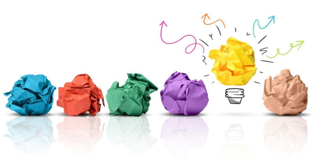 6 bolinhas de papeis cada uma de uma cor, sendo que o amarelo acende a sua lâmpada. É o diferencial positivo em ação de criatividade e inovação.