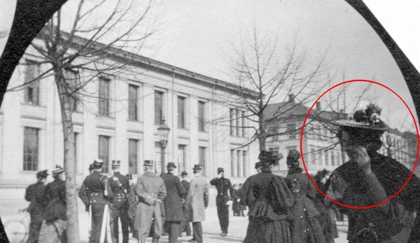 Fotografía de 1890 Tomada con una Cámara Espía Muestra una Mujer Hablando por un Smartphone