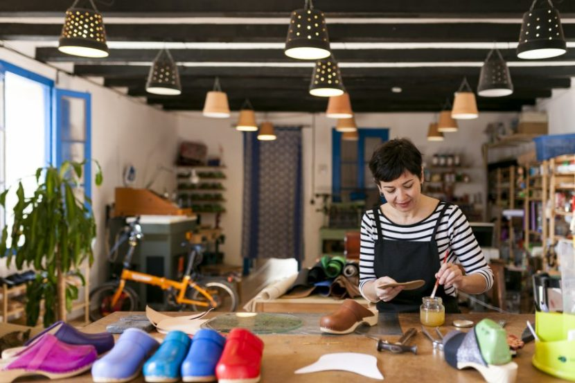 Patricia Bautista en su taller de zuecos en el Poble Nou de Barcelona
