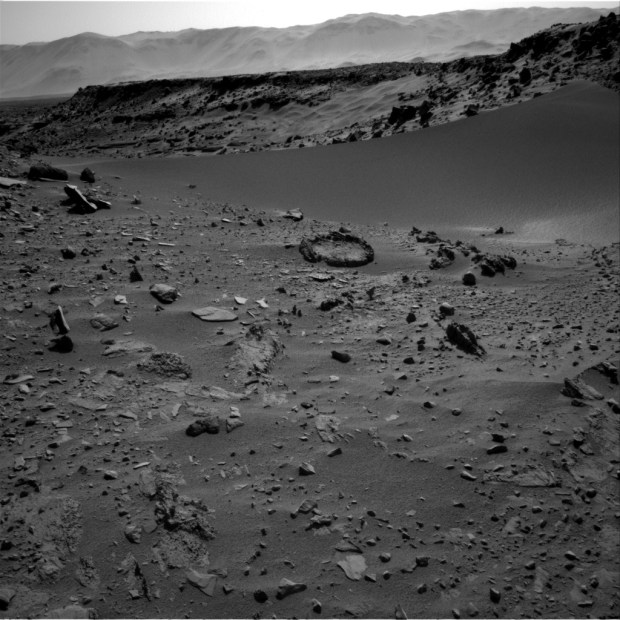 "View of the ""fire pit"" from sol 527. Click for larger version. Credit: NASA / JPL-Caltech"