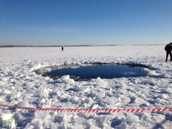 Gaură în lacul Chebarkul făcută de resturile meteoritului. Photo: Andrey Orlov. Via RT.com