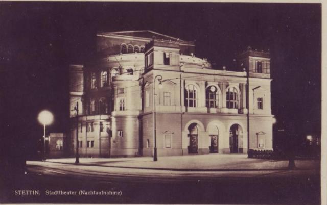 Teatr nocą