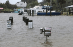 Submersion ponton d'accostage des bateaux près d'Alligator Point (Apalachicola), 01/09/2016 - Photo Heither Leiphart - Source : Panama City Herald Nouvelles