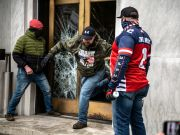 Anti-Lockdown Protesters Attempt To Break Into Oregon Capitol Building & Try To Clash With Police Officers!