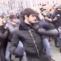 [:en]Wild: Dude Fights Russian Police During Protest![:]
