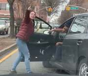 """[:en]""""My Father In That Ambulance"""" Woman Confronts A Motorist For Blocking Traffic In Queens, New York![:]"""