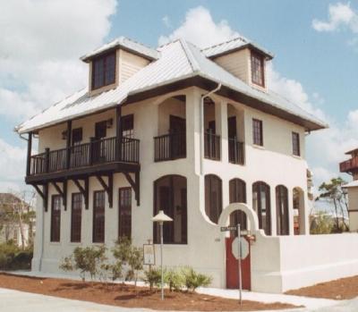 fachada de casa colonial de dos pisos