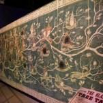 Cette tapisserie apparaît dans Harry Potter et l'ordre du phénix, le cinquième volet de la saga. Dans le film, Sirius Black explique à Harry, son filleul, qu'il a été banni de la famille alors qu'il était adolescent. Il a ensuite été supprimée de l'arbre généalogique par sa mère. On peut voir la brûlure en haut à droite. © David Trotta