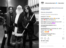 Johnny Depp et Alice Cooper de Hollywood Vampires reçoivent le Père Noël en backstage.