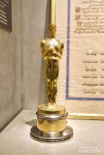 Honoré lors de la Cérémonie des Oscars en 1972, Chaplin reçoit une statuette pour sa carrière et son exceptionnelle contribution au monde du cinéma. © David Trotta