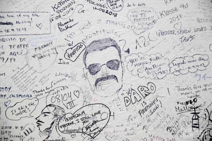 """La façade des anciens Mountain Studois est aujourd'hui remplie de mots et d'hommages à destination de Queen et son légendaire chanteur Freddie Mercury. Parmi ceux-ci, on trouve quelques citations célèbres, comme la fameuse """"Je ne suis qu'une prostituée de la musique"""" © David Trotta"""
