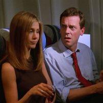 Pas encore le célèbrissime Docteur Grégory House, Hugh Laurie faisait un trajet en avion aux côtés de Rachel dans la saison 4.