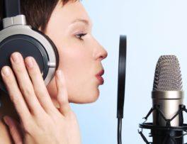 une femme en podcast