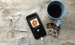 la pause : café, smartphone et podcast