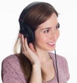 boom du podcast : une femme écoute un podcast