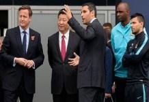 Presidente Xi Jinping, em visita ao estádio do Manchester City em 2015: Foto/ (WPA POOLGETTY IMAGES)