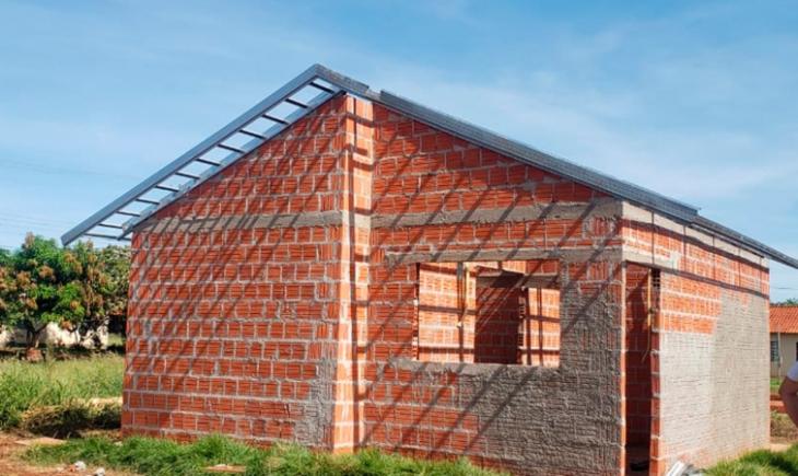 Prefeitura de Maracaju investe mais 39 mil reais em recursos próprios para mão de obra de instalação de coberturas de residências do Lote Urbanizado de Vista Alegre.